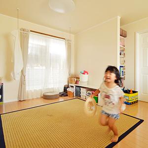以前のお住まいと比べてどうですか?以前はアパートに住んでいて、育ち盛りの子供たちにはいろんな面で我慢をさせる事が多々ありました。<br /> 今の家に引っ越してからは、家の中で騒がしくしても外への音漏れがほとんどないので、家族みんなで楽しくワイワイやっています。<br /> あと、梅雨の時期になっても、セルコホームの家は涼しいんです。<br /> 家の中がジメジメしないので、室内干しの洗濯がすぐに乾くし、除湿機要らず!<br /> もう全てにおいて快適です!