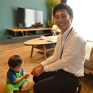 TAKASUGIを選ばれた理由は?他の住宅メーカーも色々と見て回ったんですが、<br /> その中でもタカスギの家は品質が良く、信頼出来ると思いました。<br /> 建てる時の金額だけ見れば、もっと安い会社はありましたが、<br /> 10年後、20年後のメンテナンスを考えて、タカスギにしました。<br /> あと、家造りには人との相性も大事だと思うんです。<br /> 家を買ってくださいではなく、良い家を一緒に建てましょう!<br /> という営業さんの熱意に惹きこまれていきました!