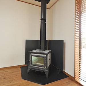 家づくりでこだわった所は?南阿蘇という風土にあった家造りをしたくて、<br /> 周りの風景とのバランスを大事にしました。<br /> 風通しや採光、北側の壁に苔が生えないように<br /> 建物の角度まで気を付けましたね。<br /> リビングには暖炉を設置して正解でした!<br /> 南阿蘇の厳しい冬も、この暖炉1つで家全体が温かくてエアコン要らず!