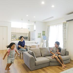 以前のお住まいと比べてどうですか?アパート暮らしだった頃は、子供が<br /> 騒ぐと「静かにしなさい」と注意していましたが、<br /> 今は安心して走り回っていますね(笑)<br /> <br /> 私は小柄なので、キッチンの高さを標準<br /> より5cmの違いで快適です!<br /> <br /> 家が快適になったので遊びに<br /> 行く回数も減りました。<br /> <br /> 温泉好きでよくあちこち行って<br /> いましたが、新しいお家でお風呂が<br /> 大きくなってから最近は行かなくなりましたね(笑)