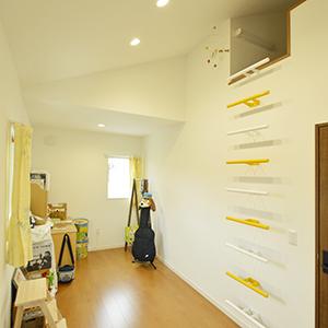 子ども部屋の片方に作ったのは、隠し部屋のようなロフト空間。