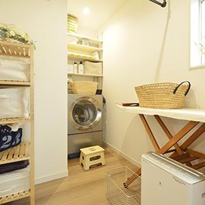 広めつくったランドリールームには、 オシャレなアイアンの室内干し竿や アイロン台も設置。 ここだけで洗濯が完結できる造りに。