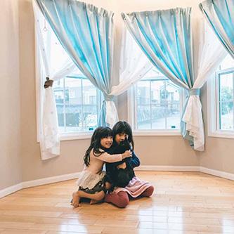 ご家族のライフスタイルが変わったことはありますか?子供達がおもちゃの車に乗ったり、家中走り回ってります。<br /> それとドアを全部開けると床がフラットなのでボーリングして遊んでいます。<br /> <br /> 前のアパートの時は音を気にしていたのですが<br /> 今では本当に、子供たちがのびのびと遊んでいます。